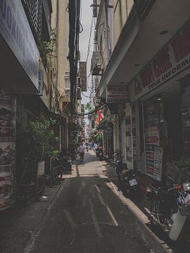 De smalle straten van Hanoi in Vietnam, Azië van Danny Vermeulen