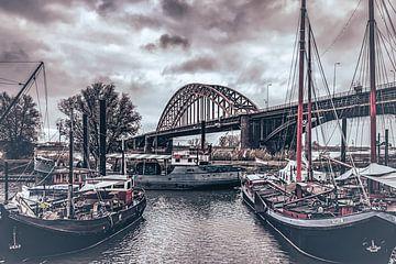 Waalbrug Nijmegen achter boten van bart dirksen