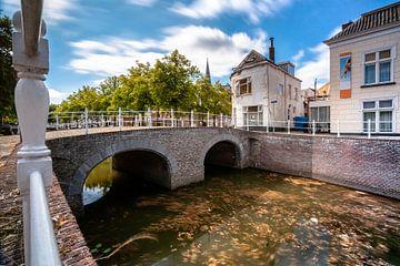 Alte Stadt der Stadt Kampen mit Stadtkanal und Kumuluswolken in den Niederlanden von Fotografiecor .nl