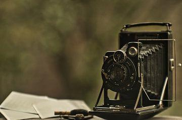 Een vintage camera gefotografeerd met een natuurlijke  en bokeh achtergrond van JM de Jong-Jansen