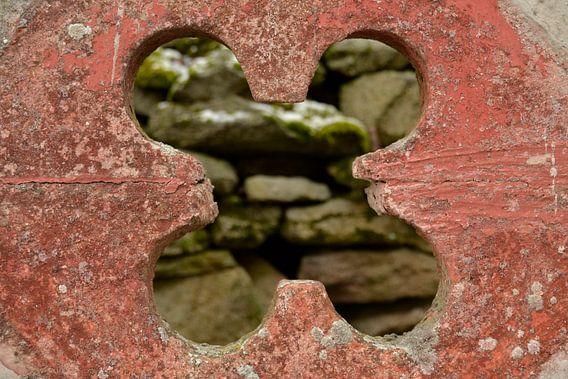 Doorkijk klavertje vier muur Tsjechie focus voorgrond