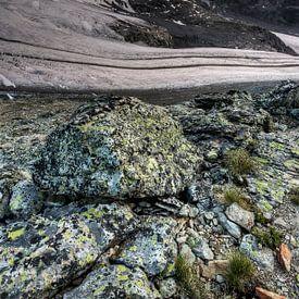 Stones, glaciers and sunny clouds van Ben Töller