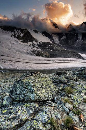 Stones, glaciers and sunny clouds van