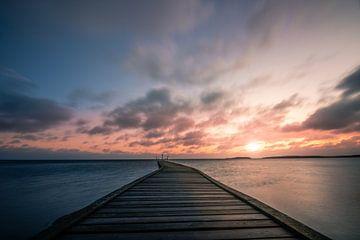Zweden zonsopgang bij het meer in Vita Sandar, vänern met pier van Fotos by Jan Wehnert
