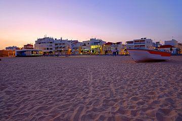 Zonsondergang bij Armacao de Pera in de Algarve Portugal sur Nisangha Masselink