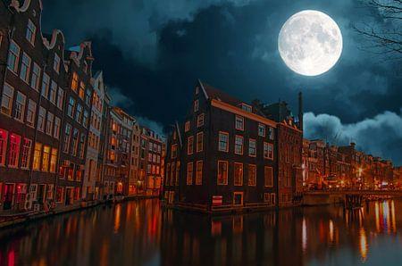 Stadsgezicht van Amsterdam bij nacht