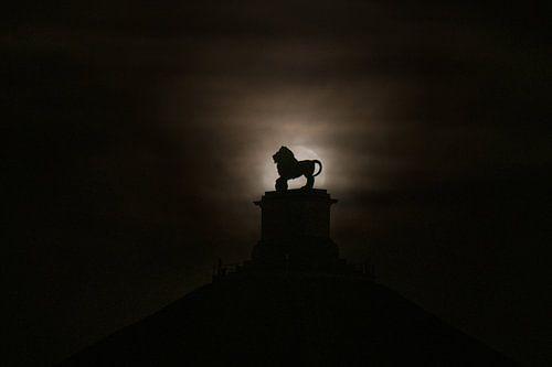 De volle maan achter de Leeuw van Waterloo