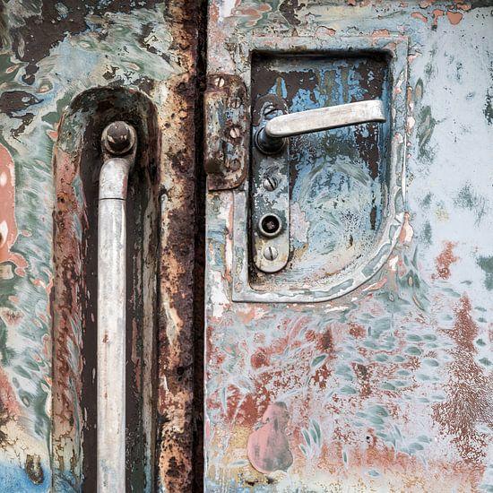 Oude ijzeren treindeur in pasteltinten