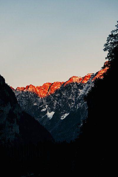 De zon gaat onder tussen de bergen van Zwitserland (l) van Jordy Brada
