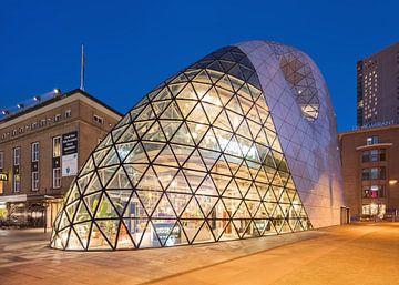 Iconic Blob bâtiment centre-ville d'Eindhoven au crépuscule 1 sur Tony Vingerhoets