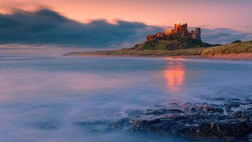 Zonsopkomst bij het kasteel van Bamburgh van Henk Meijer Photography