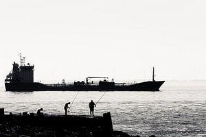 Vissers op de pier bij Vlissingen (silhouet)