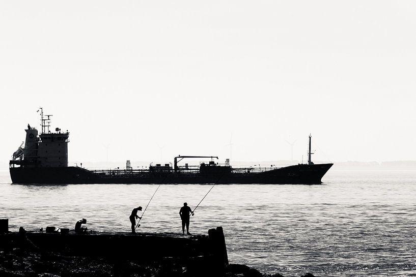 Vissers op de pier bij Vlissingen (silhouet) van Fotografie Jeronimo