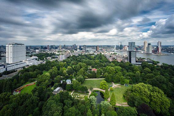 Wolken boven de skyline van Rotterdam, vanaf de Euromast