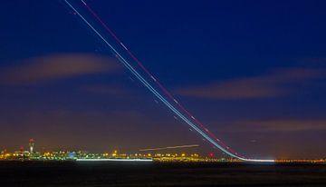 Opstijgend vliegtuig vroeg in de ochtend op Schiphol van