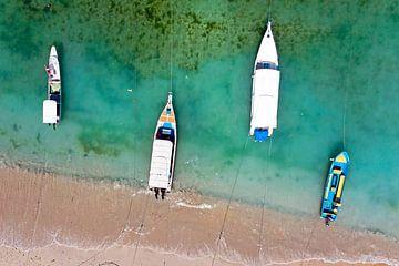 Top shot van traditonele boten in de haven op Bali in Indonesie van Nisangha Masselink