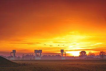 Stuw- en sluizencomplex Driel tijdens zonsondergang van Nicky Kapel