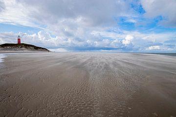 Stuivend zand op het strand bij de vuurtoren van Texel van Rozemarijn Raaijmakers-Bolleurs