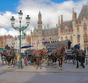 Paardenkoetsen op de Markt in Brugge van Martine Moens