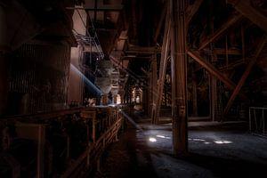 Lichteinfall in einen stillgelegten Hochofen