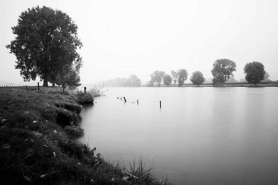 Mistige rivier van Martijn van den Enk