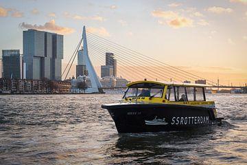 Watertaxi met Erasmusbrug