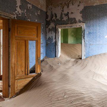 Verlaten plekken - zandduin huis - Kolmanskop - Namibië van Marianne Ottemann - OTTI