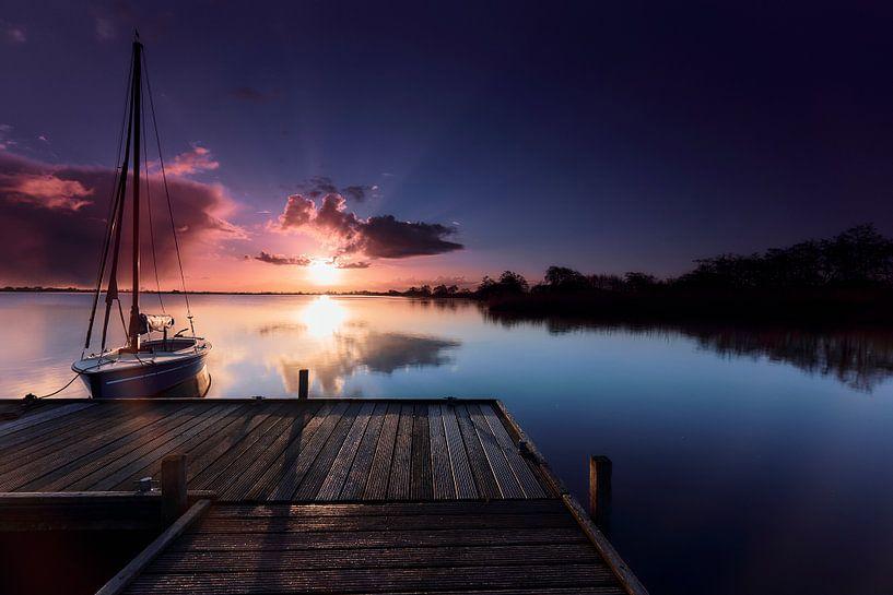 Zeilboot in Leekstermeer bij dageraad van Jef Folkerts