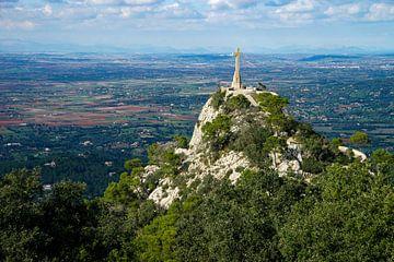 Uitzicht van Sant Salvador (Mallorca) naar een kruisbeeld voor het landschap met bergen op de achter van Hans-Heinrich Runge