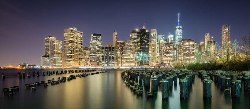 Skyline Manhattan, New York gemaakt vanaf Brooklyn van Mark De Rooij