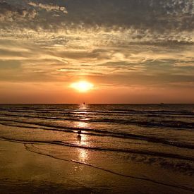 Ondergaande zon aan het Scheveningse strand van Jan Radstake