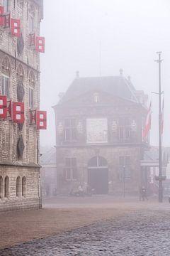 Der Goudse Waag in den Niederlanden im Nebel von Remco-Daniël Gielen Photography