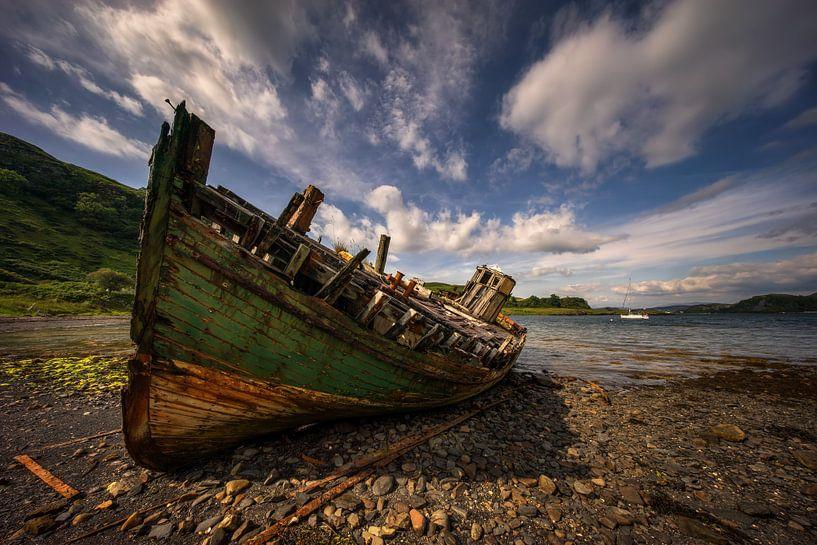 Abandoned boat von Wojciech Kruczynski