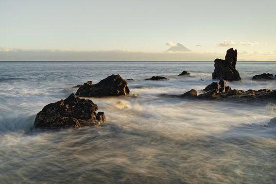 Wilde Küste mit Bergsilhouette im Abendlicht