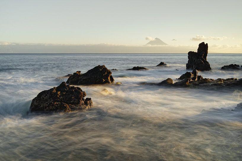 Wilde Küste mit Bergsilhouette im Abendlicht von Ralf Lehmann
