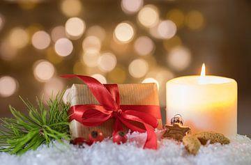 Vrolijk kerstgeschenk en kaarsversiering van Alex Winter