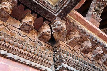 detail van houtversiering Paleis in Patan van Marieke Funke