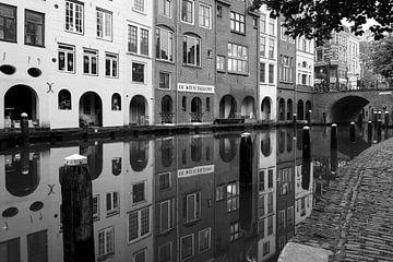 Maartensbrug, de gracht en de witte ballons in Utrecht van Elles Rijsdijk