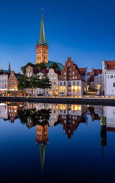Uitzicht op Lübeck en de St Petrikerk, Duitsland van Adelheid Smitt