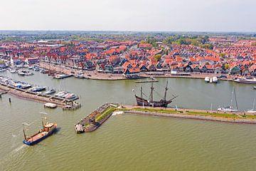 Luftaufnahme des Hafens und der Stadt Volendam von Nisangha Masselink