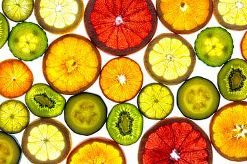 Collage van schijfjes fruit en groente met een witte achtergrond. van Carola Schellekens