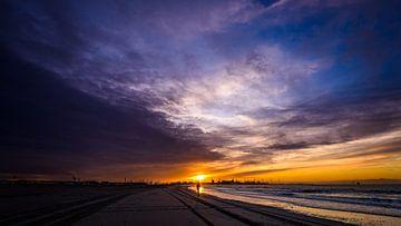 Wandelaar in de zonsondergang van Mark de Bruin