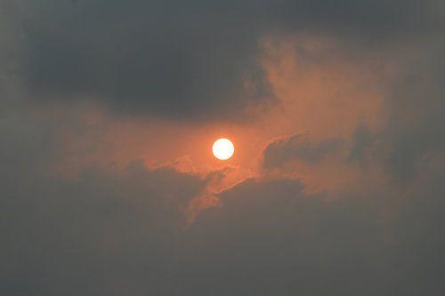 Zon tussen wolken | Rode gloed | Zonsondergang India