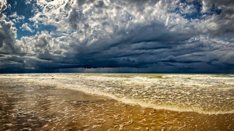 Zeegezicht van de Noordzee met donkere onweerswolken  van eric van der eijk
