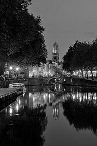 Zicht op Zandbrug, Oudegracht en Domtoren in Utrecht, ZWART-WIT