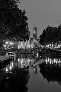 Zicht op Zandbrug, Oudegracht en Domtoren in Utrecht, ZWART-WIT van