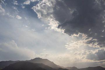 Wunderschöner Wolkenhimmel über den Bergen im Iran von Marcel Alsemgeest