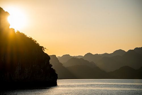 The last rays of sunshine in Halong Bay von