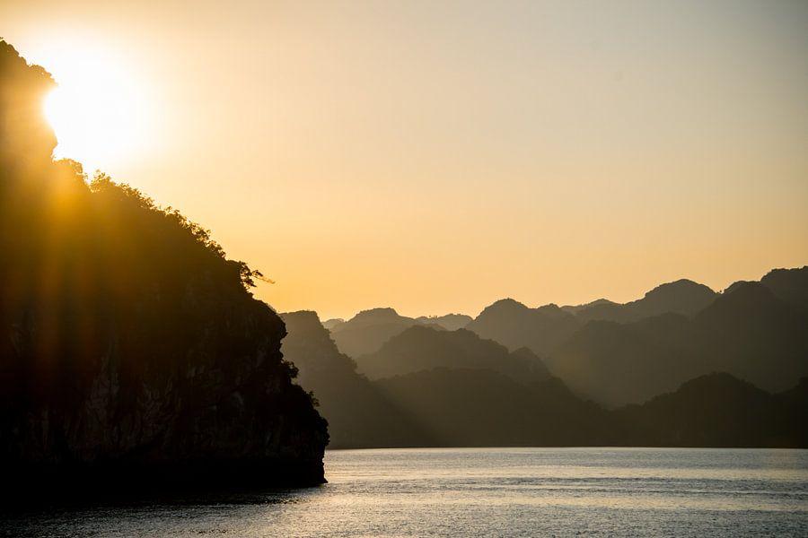 De laatste zonnestralen in Halong Bay van Milou Oomens