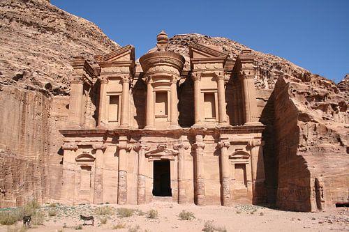 Het klooster van de historische stad Petra in Jordanië. van Bas van den Heuvel